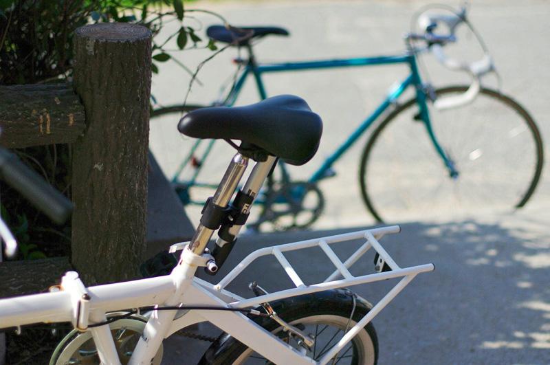 折りたたみ自転車とロードバイクの写真
