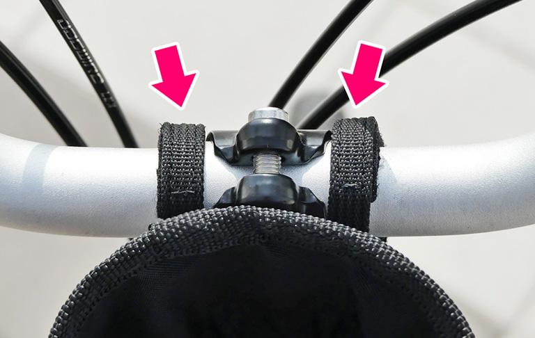 ブロンプトンのハンドルにベルトを固定する様子を示した写真