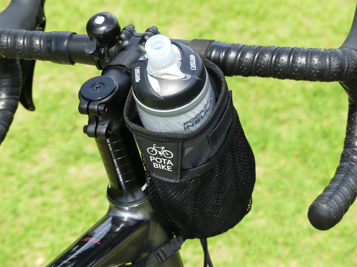 自転車にステムサイドポーチを装着した写真。サイクルボトルが収納されている。