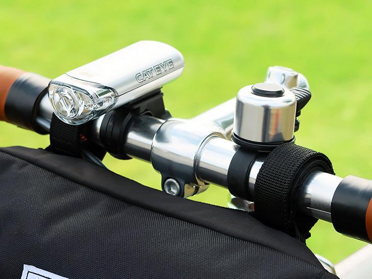 自転車のハンドルにライトとフロントバッグを同時に装着した写真