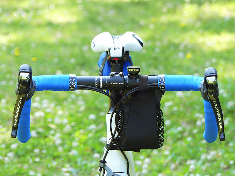 ロードバイクにステムサイドポーチを装着した写真