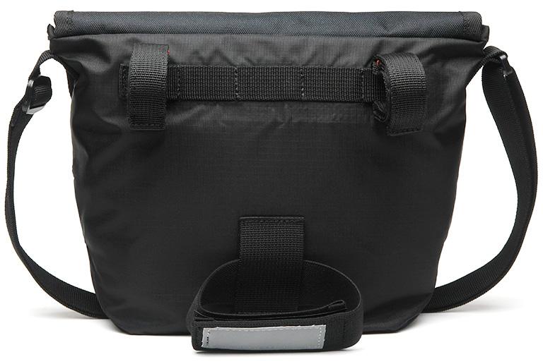 バッグの背面の写真、3箇所にベルトが付属している