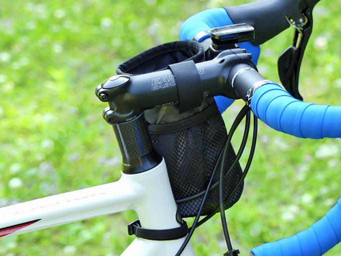 ロードバイクにPOTA BIKE ステムサイドポーチの取り付けが完了した様子