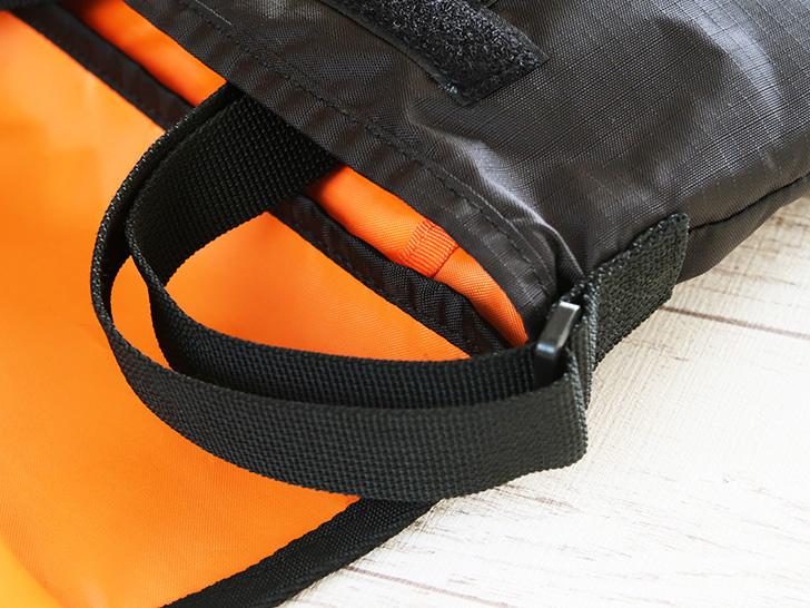 ショルダーストラップをバッグの中に収納する様子