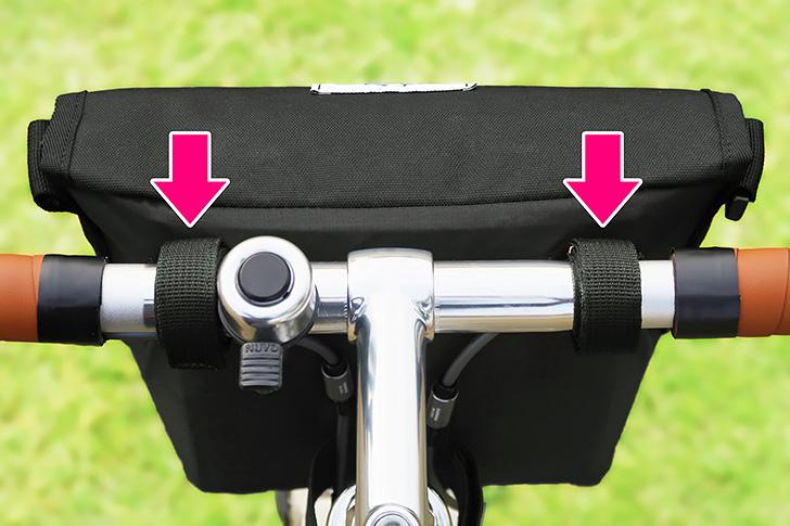 ハンドルに2箇所のベルトでバッグを取り付ける様子