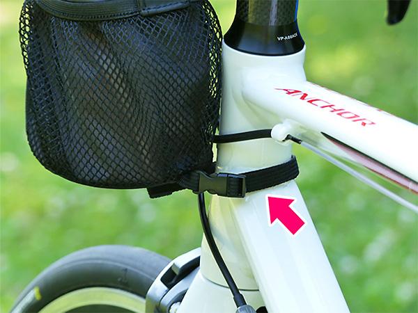 ロードバイクのヘッドチューブにベルトを巻くパターンの写真