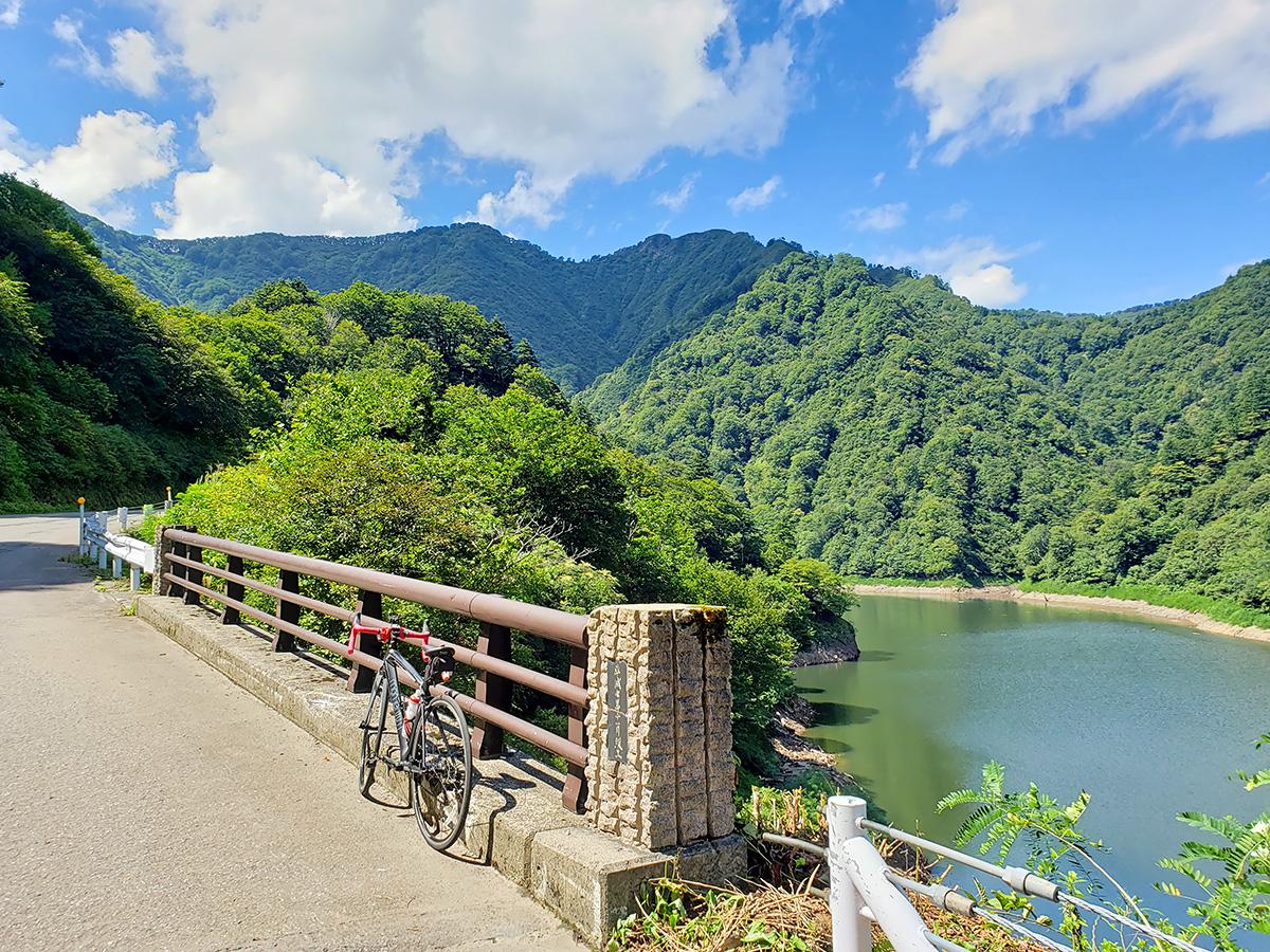 胎内川ダムのダム湖の風景