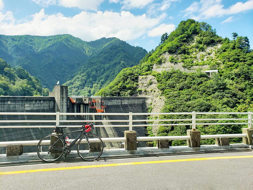 胎内川ダムの堤体とロードバイク