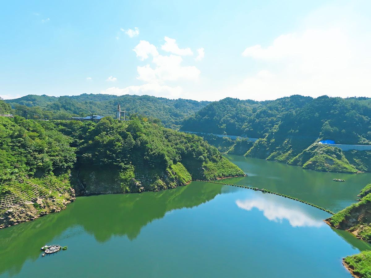 岐阜県、小里川ダムのダム湖の風景