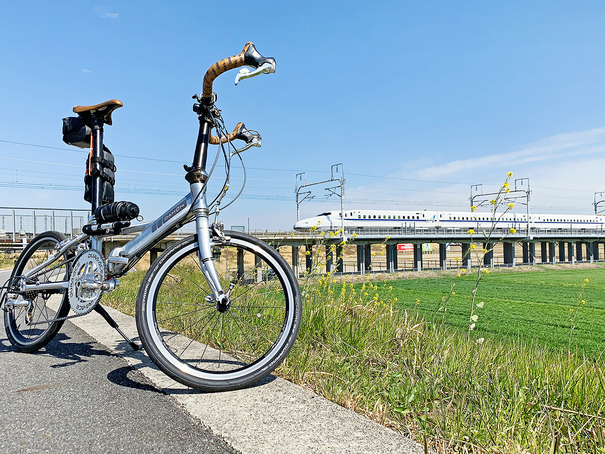 通過する新幹線と自転車を一緒に撮影した写真