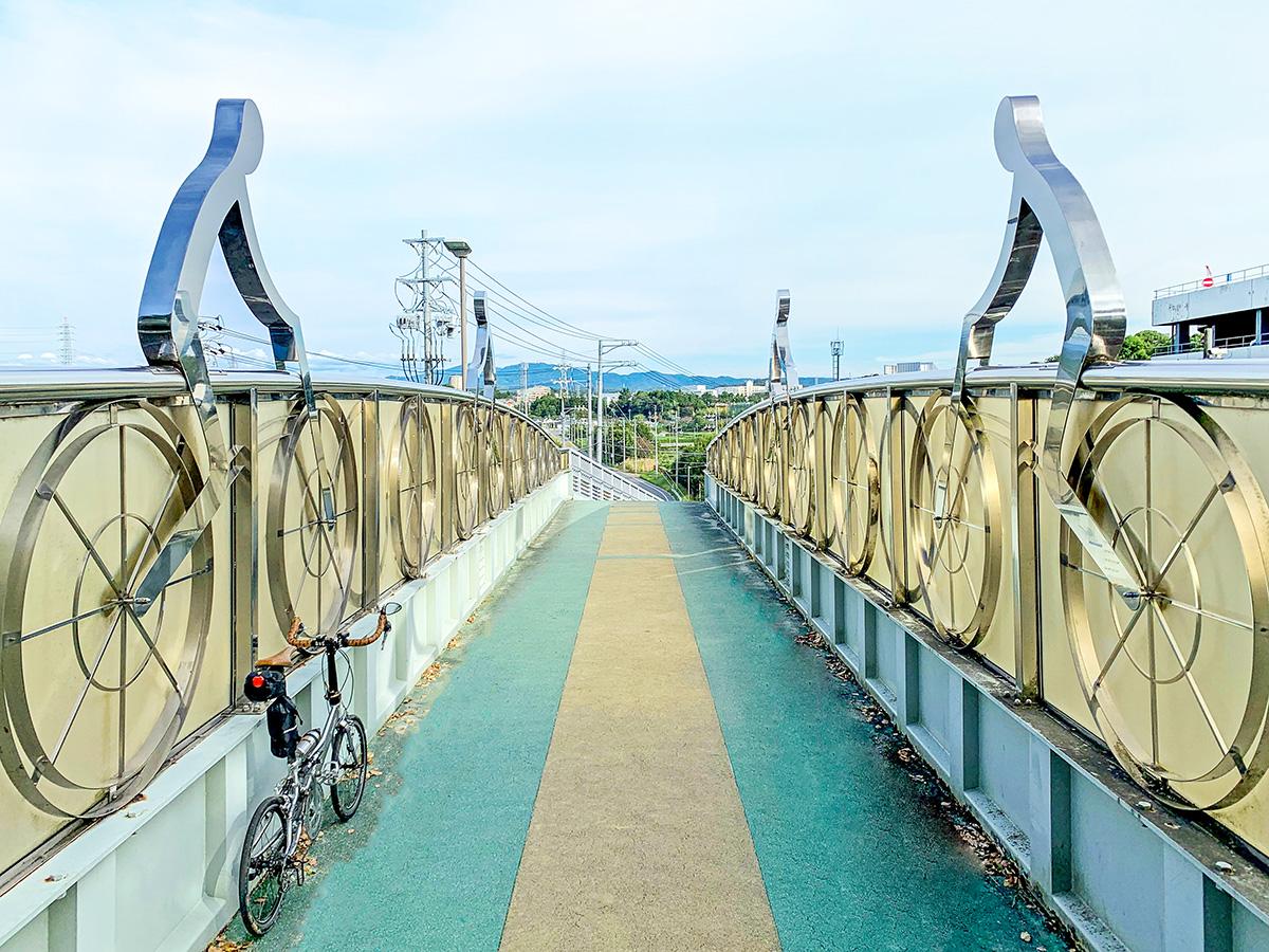 サイクリストの歩道橋を渡る様子