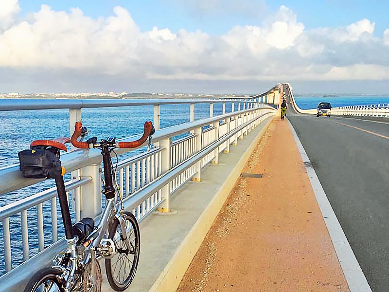 伊良部大橋上の歩道に自転車を置いて撮影された写真