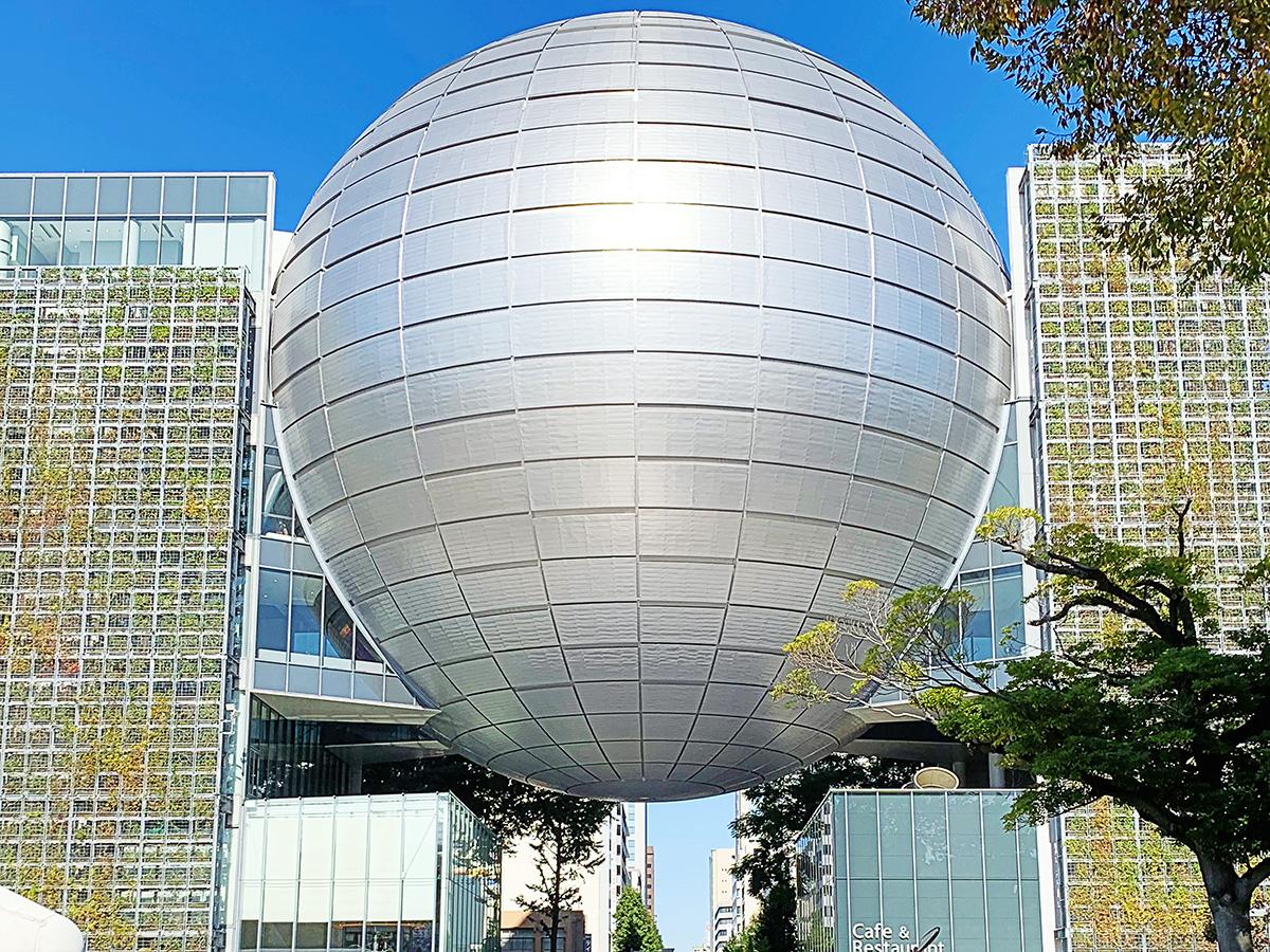 名古屋市科学館の建物のプラネタリウム部分を写した写真