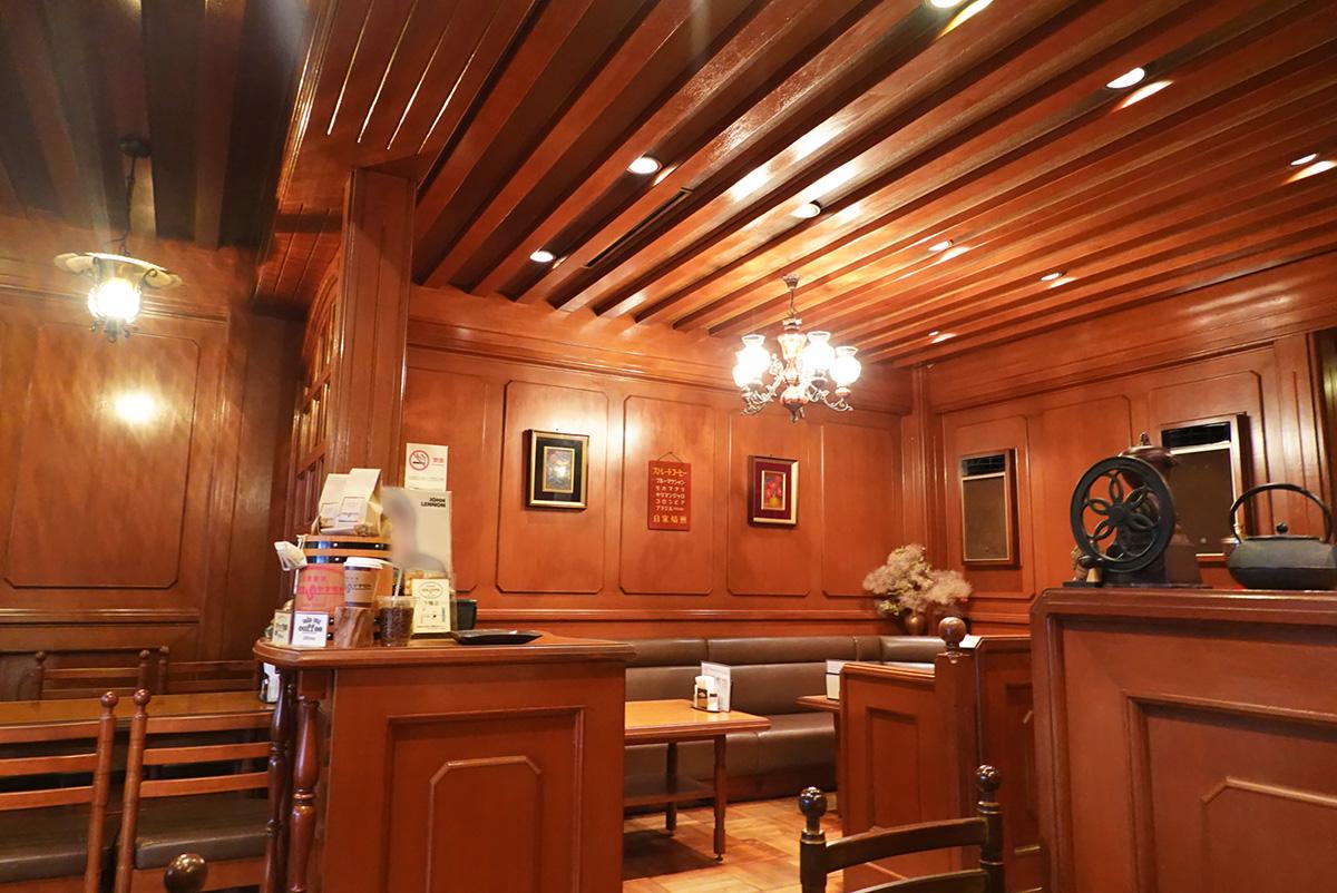 京都嵐山にある喫茶店「コーヒーショップヤマモト」の店内の様子