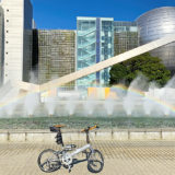 名古屋市科学館前の噴水の前に自転車を置いて撮影した写真