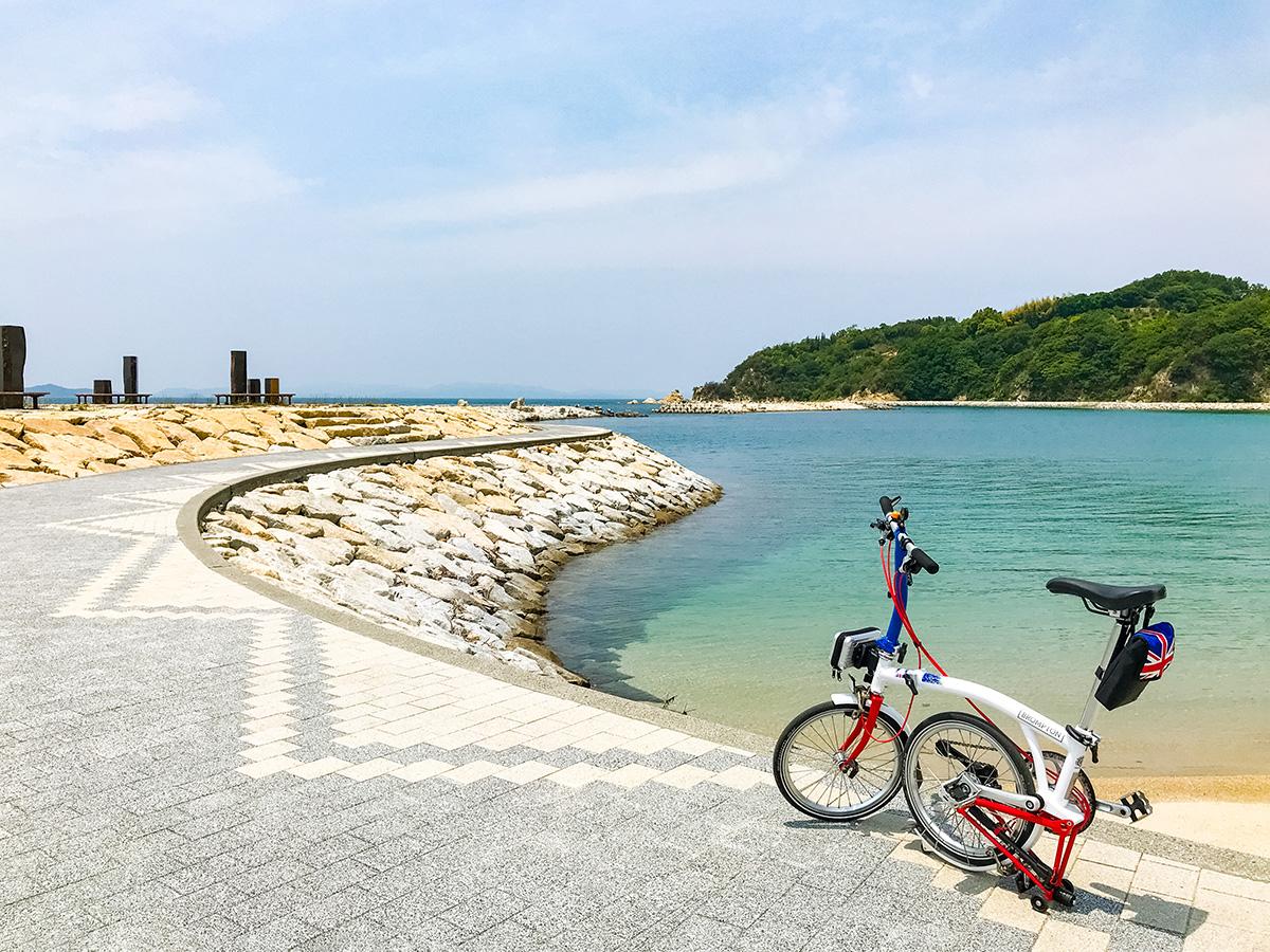 道の駅ふわりの前の海岸「風早長浜海岸」の風景