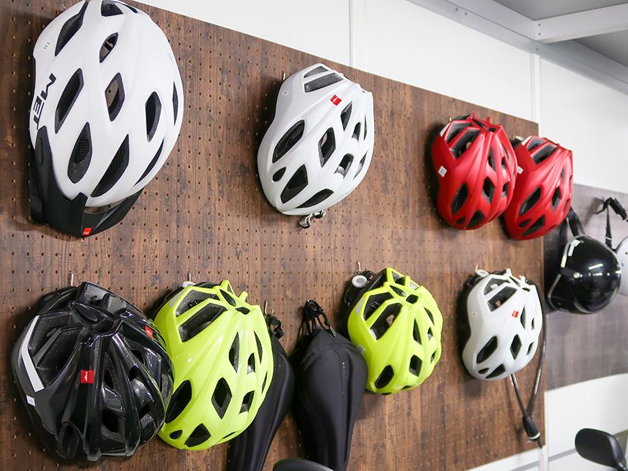 色々な種類のヘルメットが並べられた写真