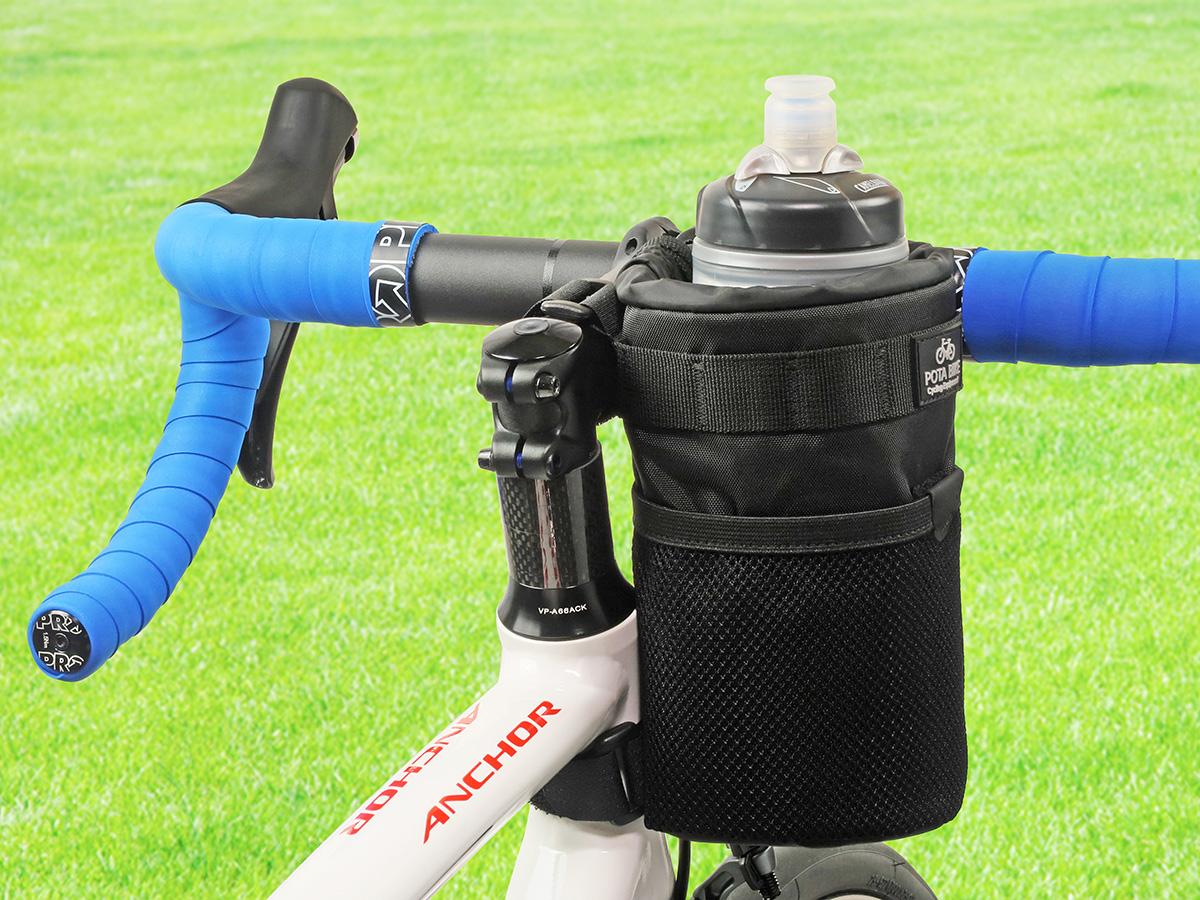 POTA BIKE ハンドルステムポーチ2をロードバイクに装着し、サイクルボトルを収納した写真