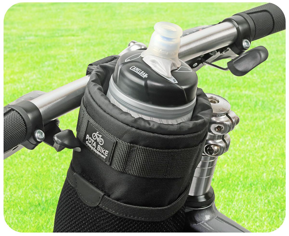 POTA BIKE ハンドルステムポーチ2に飲み物のボトルを収納した写真