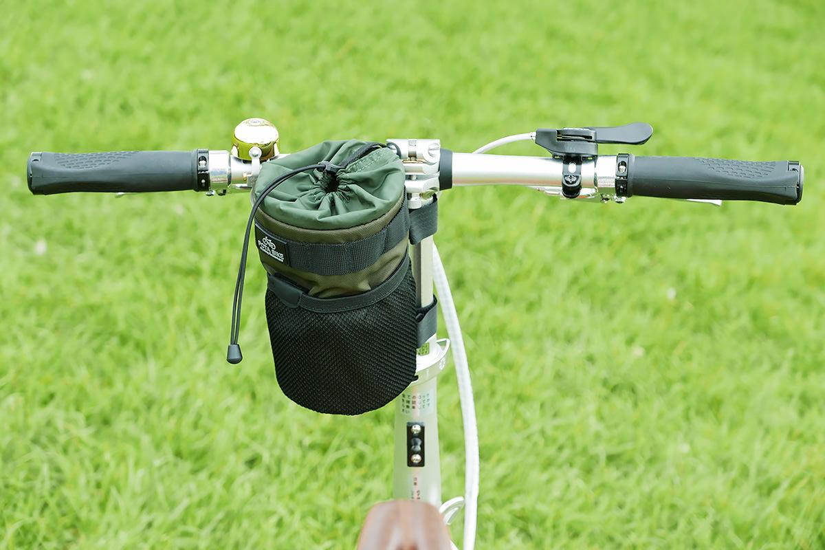 折り畳み自転車のT型ハンドルに「POTA BIKE ハンドルステムポーチ2」が装着されている写真